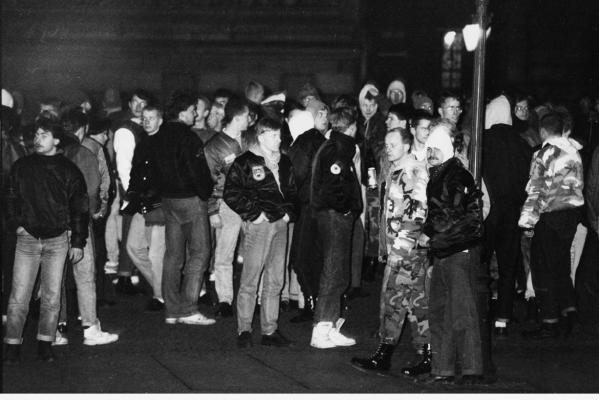 "Neonazis und ""Republikaner"" im Januar 1990 auf einer Montagsdemonstration in Leipzig. (Fotoarchiv telegraph / Prenzlberg Dokumentation e.V.)"